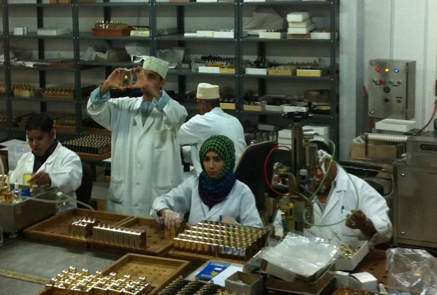 کارکنان آمواج در حال اسمبل کردن عطر