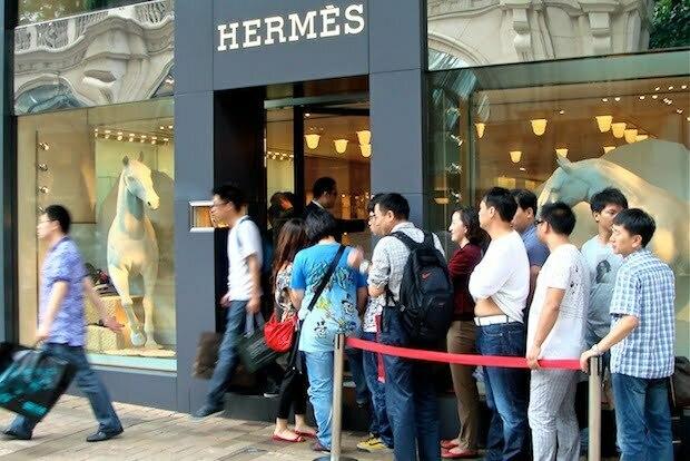 فروشگاه هرمس در هنگ کنک با انبوه جمعیت مقابل آن